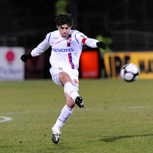 Lyon's midfielder Juninho kicks the ball and scores a goal during the French L1 football match Lyon vs Le Havre on February 15, 2009, at the Gerland stadium in Lyon. AFP PHOTO PHILIPPE MERLE (Photo credit should read PHILIPPE MERLE/AFP/Getty Images)